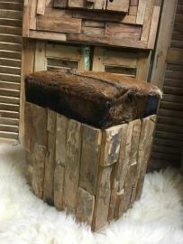 Kruk zitbankje met geitenvel ong 50 hoog x 45x35
