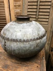 Oude metalen water kruik