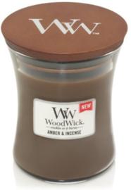Woodwick Medium Amber & incense (De geur Amber&Incense is de heerlijke geur van rijke amber en sandelhout met rokerige tonen van exotische specerijen en kruiden)