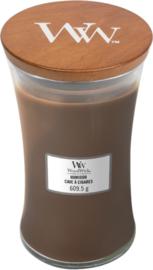 Woodwick Large Candle humidor (is een heerlijk unieke geur die een mix van tabaksbladeren, zacht suède en perzikbloesem samenbrengt)