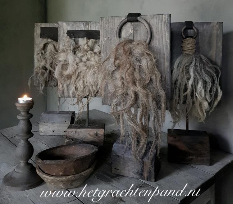 Houten plank op statief met wol