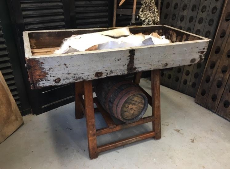 Werkbank bovenblad is 2 zijdig te gebruiken 1x glad of als bak