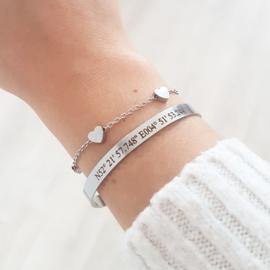 Tekst armband graveren met coördinaten