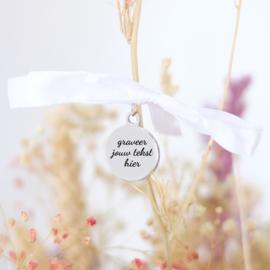 Bedel eigen tekst graveren | Bruidsboeket