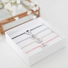 Moederdag cadeau tip | Initiaal armband graveren