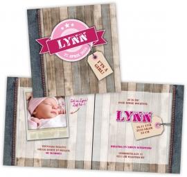 Stoer geboortekaartje met steigerhout en vintage badge