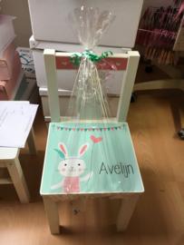 Stoeltje met naam en konijntje voor Avelijn