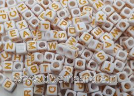 Letter kraal, kunststof, wit met geel.  6 bij 6, 200 stuks