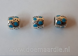 Pootjes, gekleurd, ronde vorm. Licht blauw vanaf 45 cent.