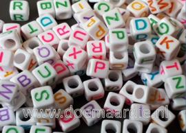 Letterkraal, kunststof, 6 bij 6, wit met mix kleur letters.  200 of 400 stuks.
