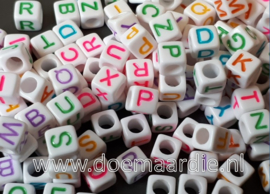 Letterkraal, kunststof, wit met mix kleur letters.  200 stuks.