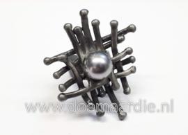 Grote ring, raster met zilverkleurige parel