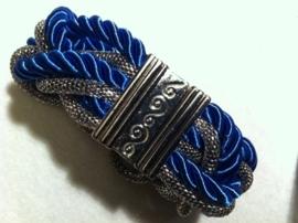 Gevlochten armband van metaal en zijde koord.