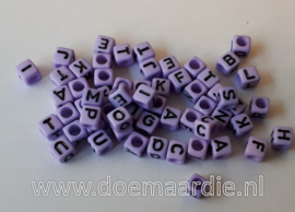 Letterkraal, kunststof, paars met zwarte letters.  200 stuks.