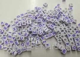Letterkraal, kunststof, 6 bij 6, wit met paarse letters .  200 stuks