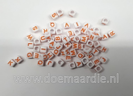 Letter kraal, kunststof, wit met oranje.  6 bij 6, 200 stuks