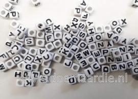 Letterkraal, kunststof, wit met zwarte letters.  200 stuks. 7 bij 7