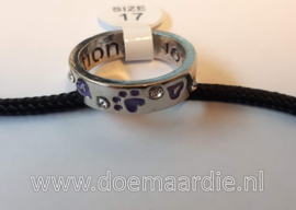 Ring, strass met paarse hondenpootjes.