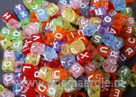 Letterkraal, kunststof,  doorzichtige mix met witte letters.  200 stuks.