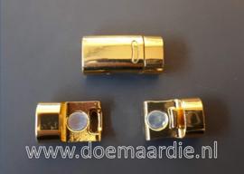 Gouden metalen magneetsluiting.