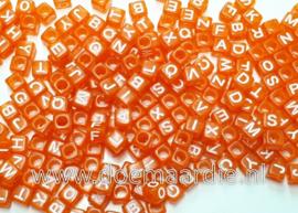 Letter kraal, kunststof, oranje met wit.  6 bij 6, 200 stuks