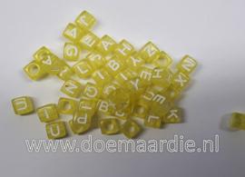 Letter kraal, kunststof, geel met wit.  6 bij 6, 200 stuks