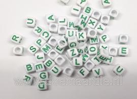 Letter kraal, kunststof, wit met groen.  6 bij 6, 200 stuks