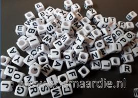 Letterkraal, kunststof 6 bij 6, wit met zwarte letters.  200 of 400 stuks.