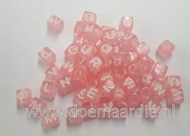 Letter kraal, kunststof, transparant roze met wit.  200 stuks.