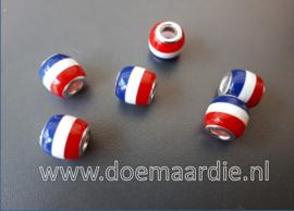 Groot gat met vlag. Nederlands, Frans etc.
