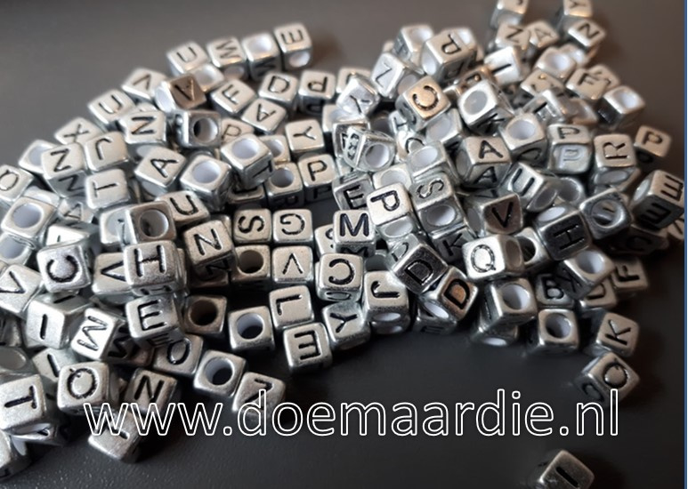 Letterkraal, kunststof, zilver met zwarte letters.  200 stuks.