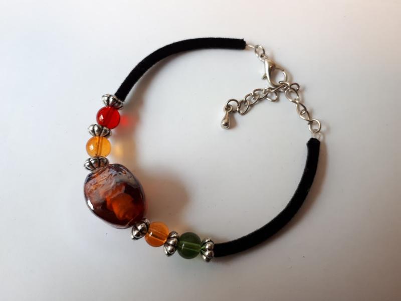 Armband kralen, glas rond vierkant gebogen murano geel bruin.