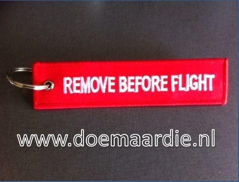 """Sleutelhanger """"remove before flight""""."""