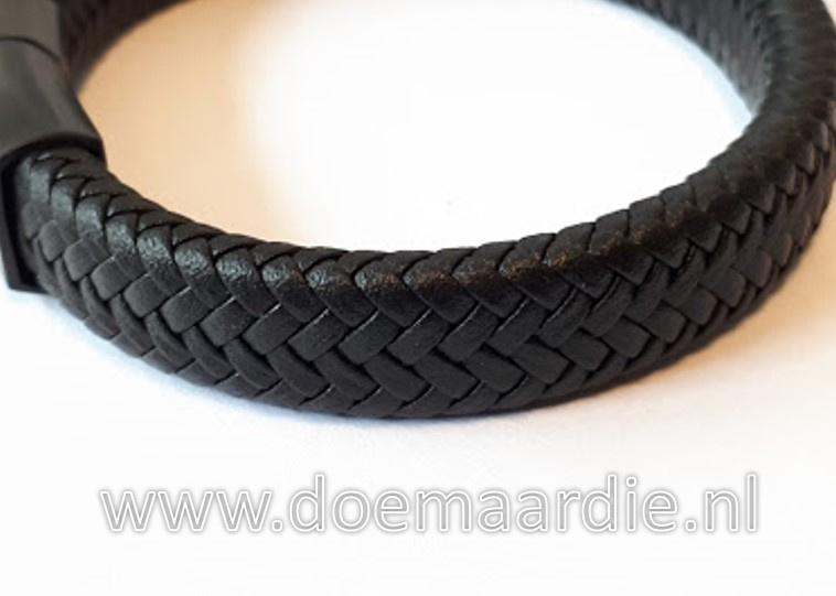 Zwarte leren armband met RVS sluiting.