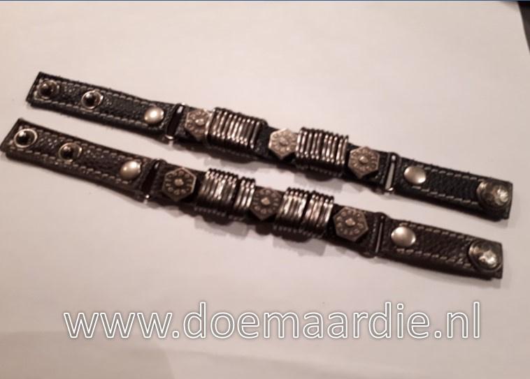 Leren armband met studs en ringen.