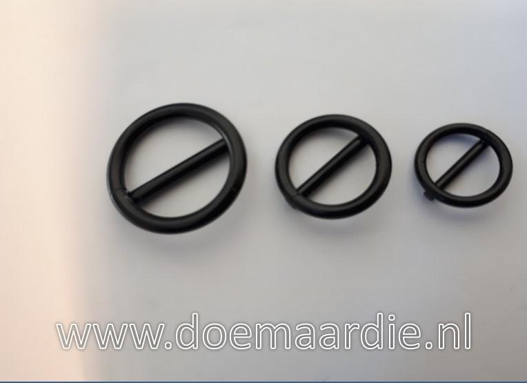 Stopjes, stegring,  gelaste ring met middenpin binnenmaat 16 mm.