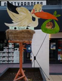 VERHUUR :  Houten Ooievaar met Nest op houten standaard