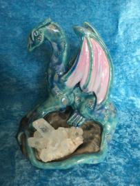 Blauwe en lila draak met bergkristal