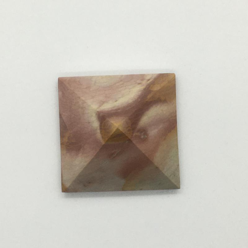 Piramide van polychroom jaspis