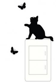 Kat speelt met vlinders sticker