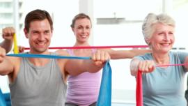 De oefeningen zijn erop gericht je spieren te versterken met een weerstandsband.