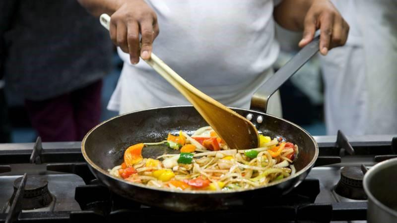 Wat je moet weten over fijnstof dat vrijkomt bij bakken en braden.