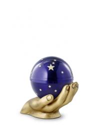 Urn bol gedragen op handen