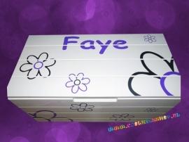 Speelgoedkist met naam en leuke bloemen (diverse kleurvarianten mogelijk)