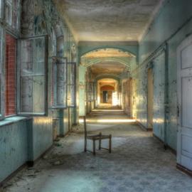 Glasschilderij - verlaten gebouw - 100x100 cm