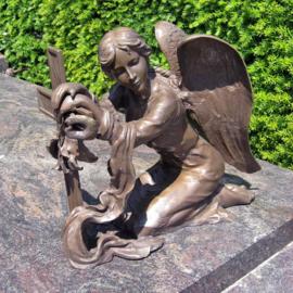 Tuinbeeld - grafdecoratie - Engel bij kruis  - Bronzartes