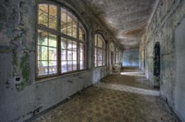 160 x 110 cm - Glasschilderij - School na 5 jaar lockdown - Verlaten