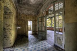 160 x 110 cm - Glasschilderij - Verlaten Gebouw - Bruin