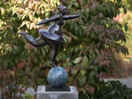 Tuinbeeld - bronzen beeld - Dikke ballerina op bal - Bronzartes - 63 cm hoog
