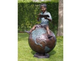 Tuinbeeld - groot bronzen beeld - Jongen zittend op wereldbol - Bronzartes